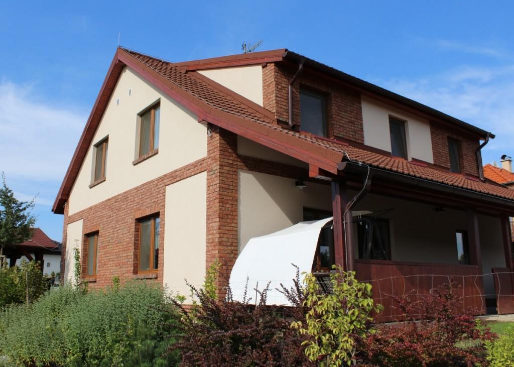 Kombinace fasády a obkladových pásků Trentino