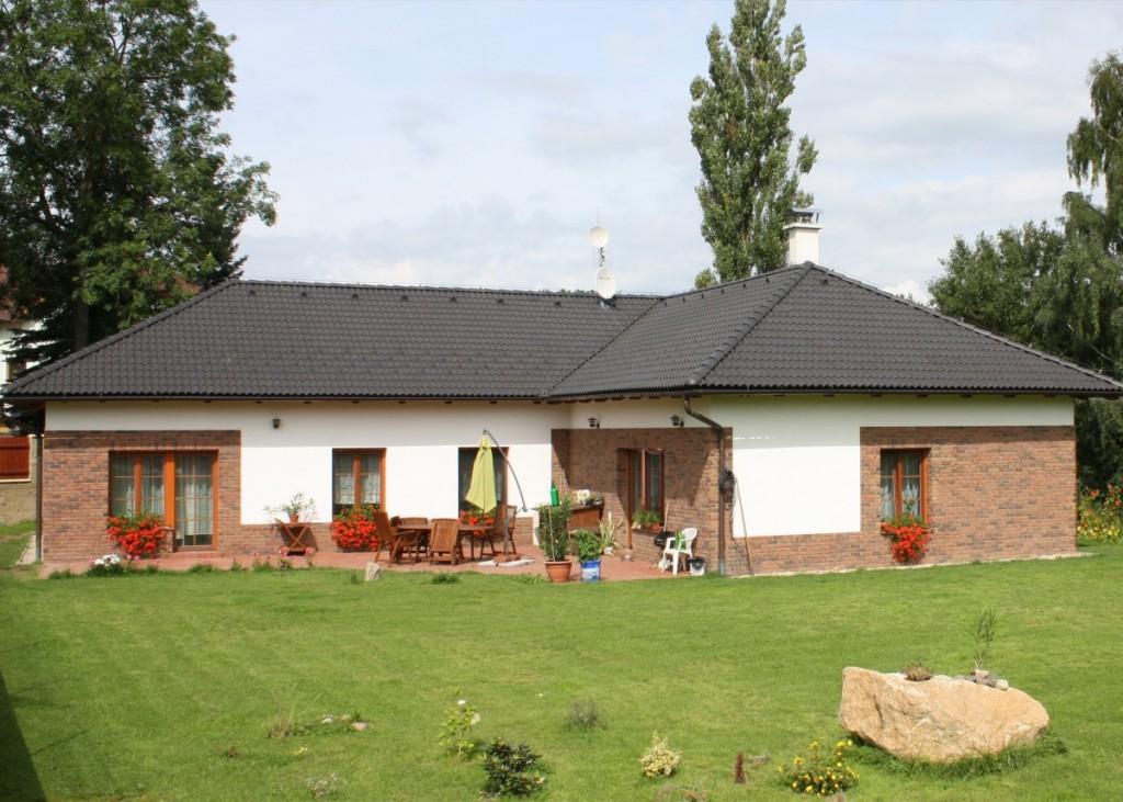 Kombinace fasády a obkladových pásků Kastanjebruin