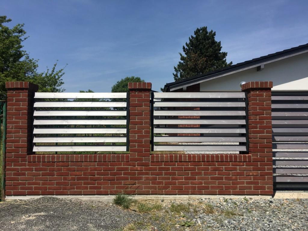 Lícové cihly Koraalrood na plotě