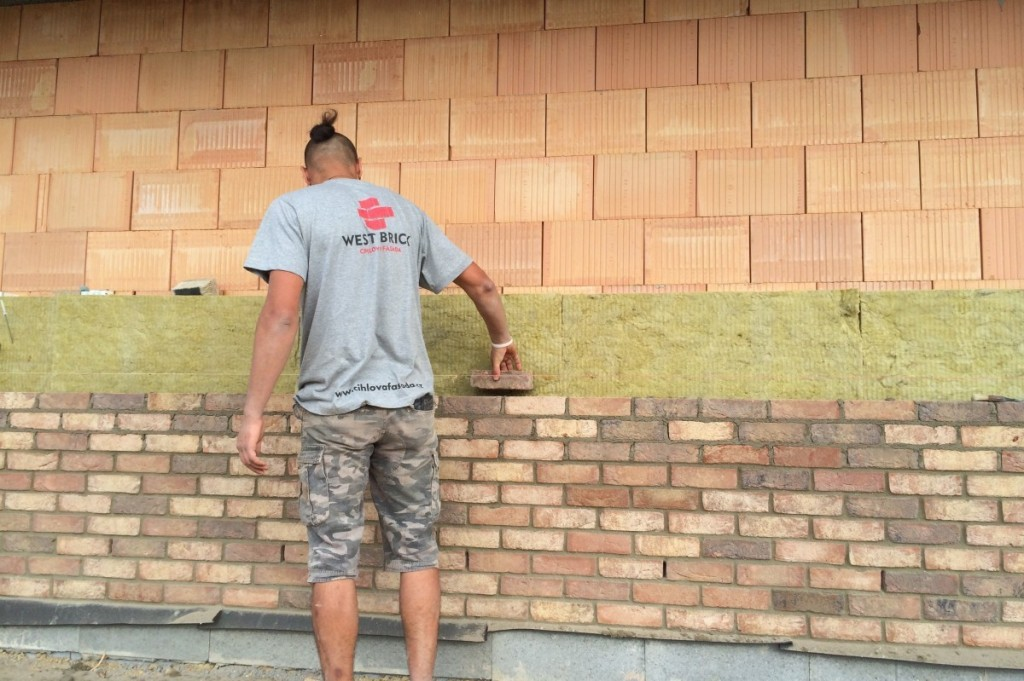 Dodržování rovinatosti pomocí zednické šňůry a větrací otvory v lícovém zdivu