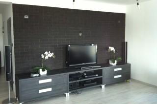 obkladové pásky za TV stěnou