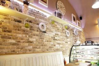 kavárna z režného zdiva