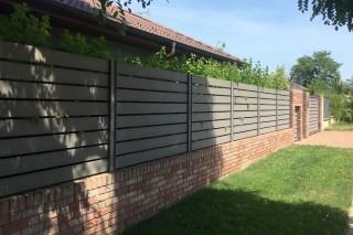 obkladové pásky na plotě