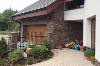 Dali lícové cihly na plotě a garáži