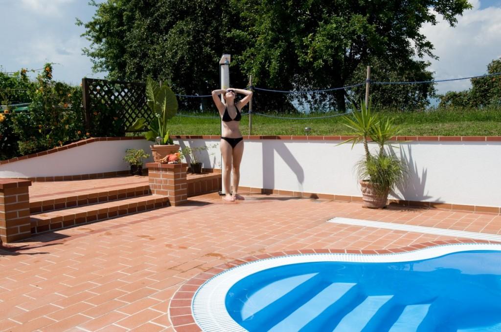 Cihlová dlažba se hodí také k bazénu
