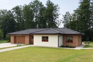cihlové pásky Moorbrand sandgelb bunt oživily bungalov s bílou fasádou