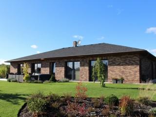 Moderní bungalov a cihlové pásky